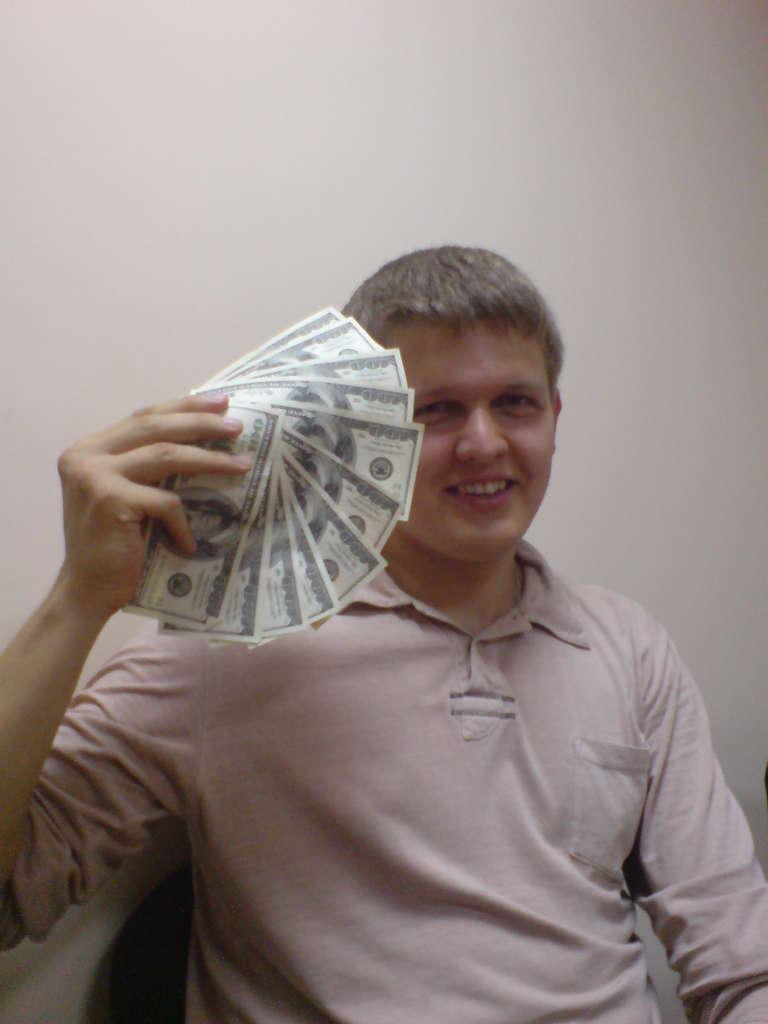 Усталый взгляд, но первая в жизни тысяча долларов заработана. Цель на месяц достигнута.  2007 год.