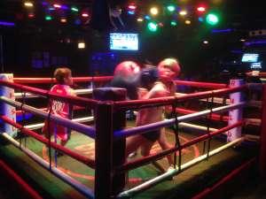 Женский бокс в ночном клубе.
