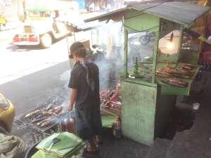 Вот так вот готовится уличная еда в Маниле.