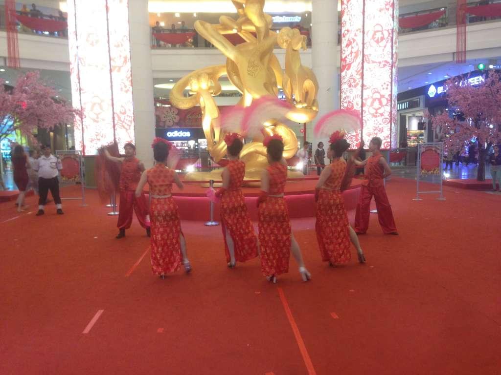 Традиционные китайские танцы в честь Нового года.