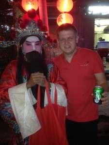 С китайским божеством, угощающим пивом :)