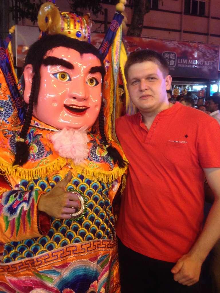 С китайским божеством.
