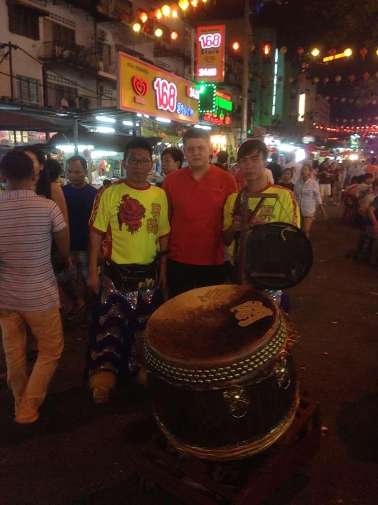 С традиционными барабанщиками.