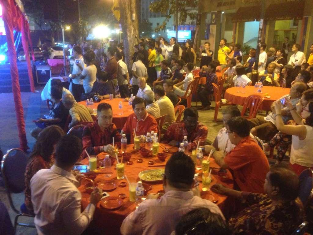 Местная власть празднует новый год вмести со всеми за вип столиком.