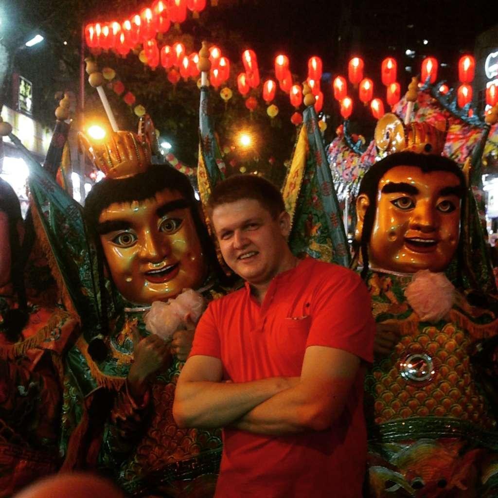 С китайскими божествами.