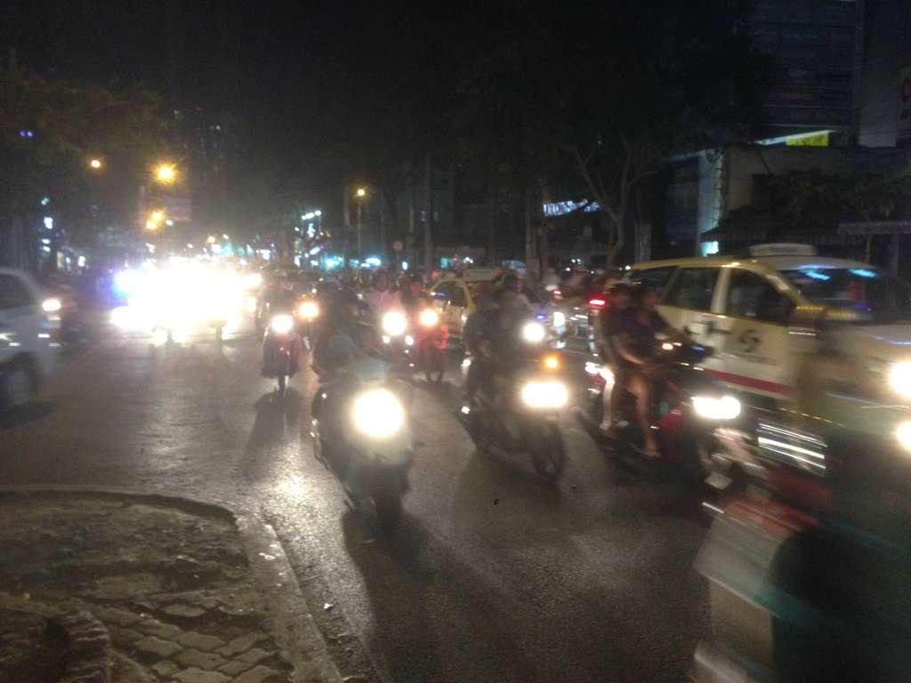 Трафик на улице Сайгона.В основном мотоциклы.