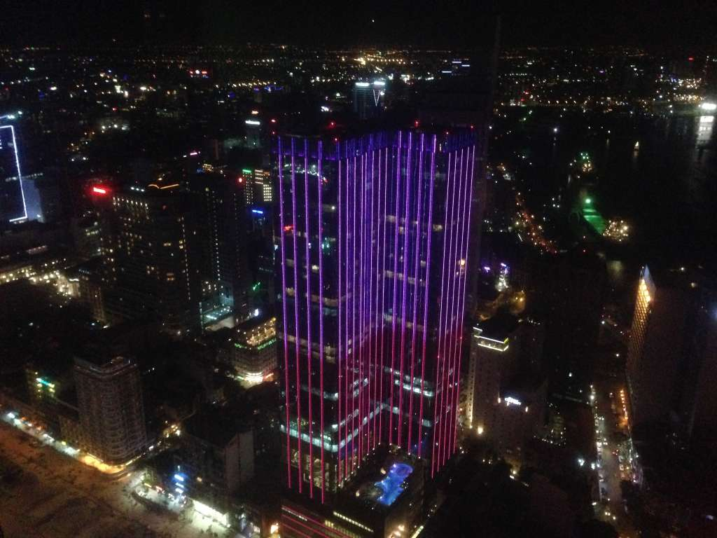 Вил на ночной Сайгон с самого высокого здания города.