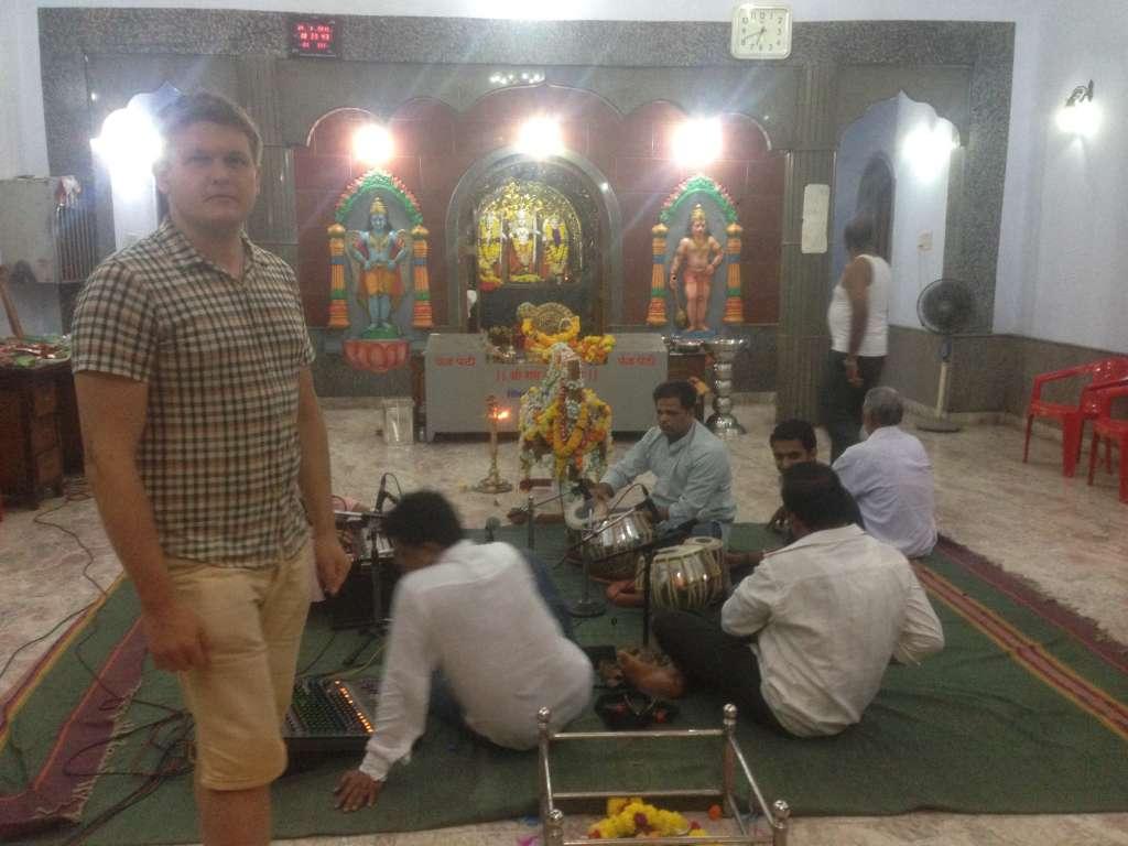 Подготовка к празднованию дня рождения Шивы в храме.