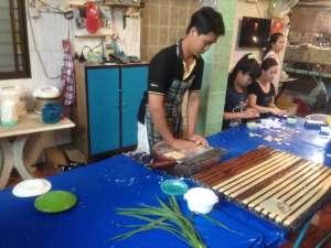 Приготовление кокосовых конфет.